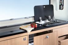 Moduł kuchenny z praktyczną, dwupalnikową kuchenką i wbudowanym zlewozmywakiem